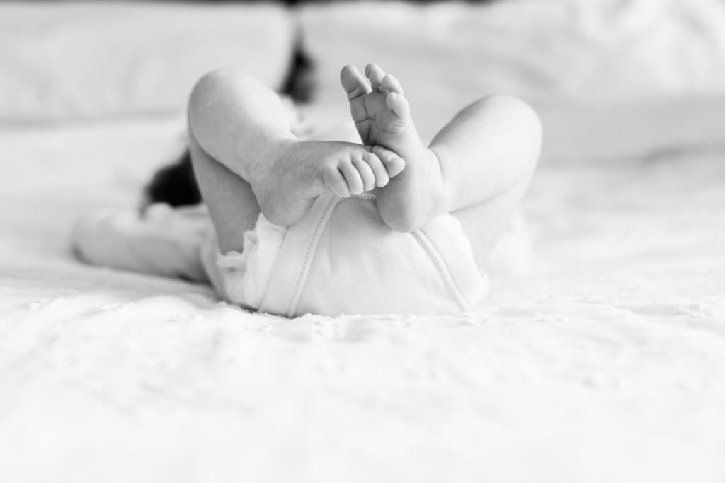 newborn baby toes at her newborn family photoshoot in sevenoaks
